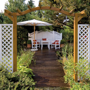 Eine Oase der Ruhe: Im Garten will man sich erholen und die frische Luft genießen. Die Gestaltung mit Stein und Holz sorgt für eine natürliche Umgebung. (Foto: epr/Osmo)