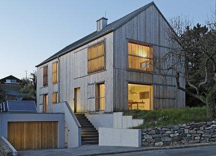 Eine Holz-Fassade verleiht ein neues Gesicht und entlastet das Klima.
