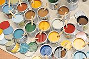 Die Osmo-Dekorwachse sind in zahlreichen attraktiven Farbtönen erhältlich. Dadurch ergeben sich bei der Gestaltung des individuellen Holzfußbodens unendlich viele Möglichkeiten. (Foto: Osmo)