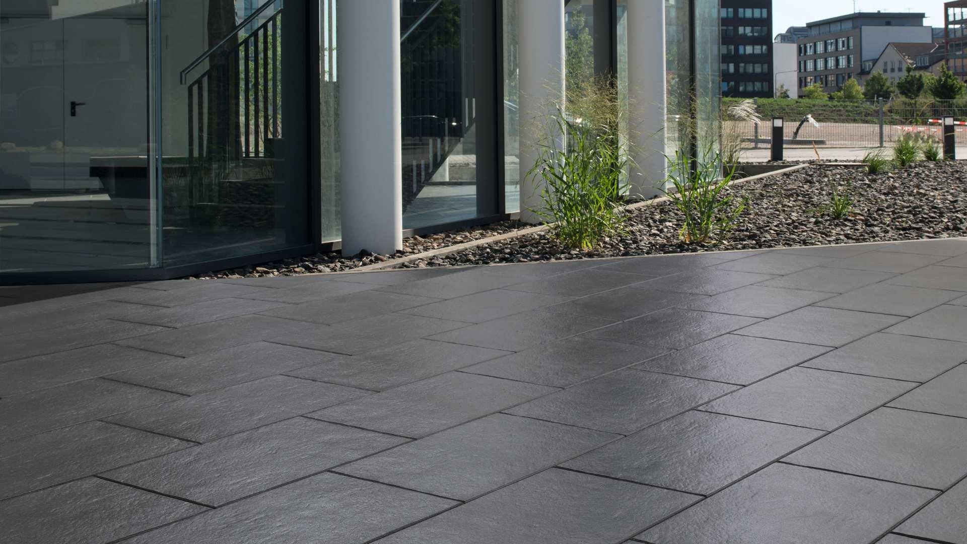 In der Farbe Anthrazit-meliert passt die Terrassenplatte Farini® von KANN hervorragend zu einer modernen Gartengestaltung.