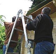 Planenanbringung zum Schutz des Daches