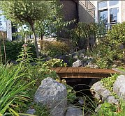 Eine Holzbrücke im eigenen Garten