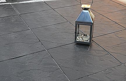 Terrassenplatten Scivaro in Schiefer-Optik für elegante Terrassengestaltung im modernen Anthrazit. (by WESERWABEN)