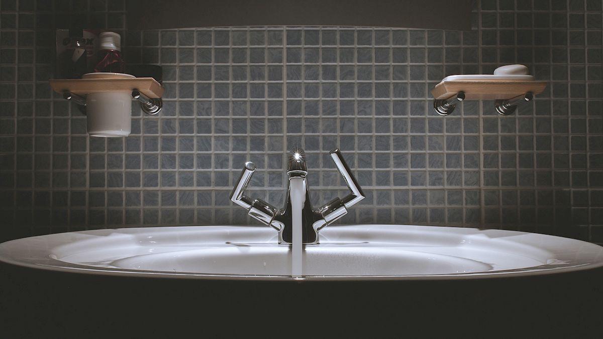 Waschbecken mit Fliesenspiegel