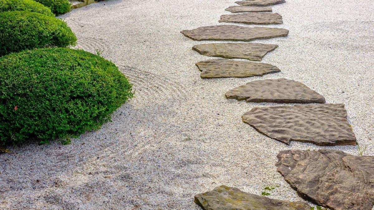 Für einen japanischen Garten sind Steine, Kiese und Splitte essenziell. In der japanischen Kultur verkörpern sie Stärke und Beständigkeit.