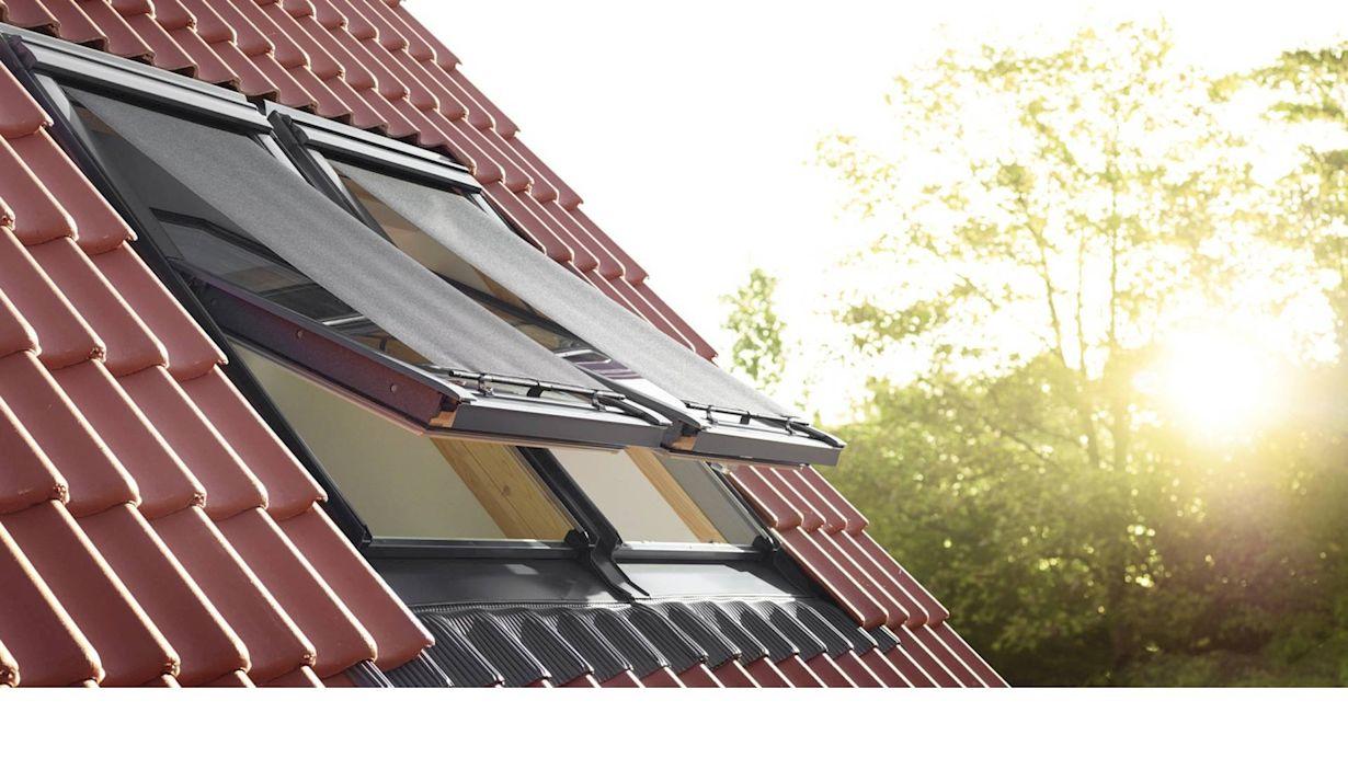 Die Hitzeschutz-Markise lässt sich am Dachfenster montieren, ohne das Dach zu betreten.