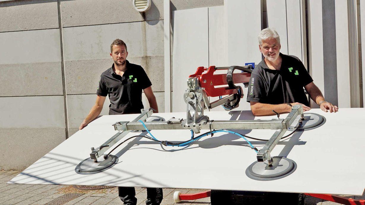 Die großformatige Fliese ist fest mit vier Vakuumeinheiten fixiert und kann so mit dem Kran transportiert werden.