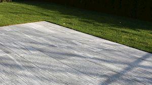 Die Terrassenplatte WUNDERWERK est. 1964 MACAO bietet Ihnen einen eleganten Charme.