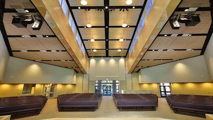 Eine optimale Raumakustik ist für Konzerthallen und Hörsäle besonders wichtig.