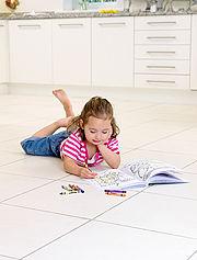 Verbreitet Behaglichkeit und ein wohngesundes Klima: eine Fußbodenheizung in Kombination mit einem keramischen Fliesenbelag.