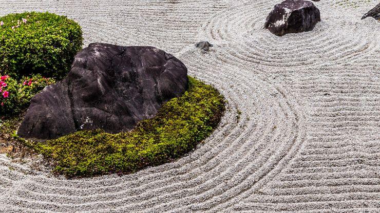 Charakteristische Merkmale für einen japanischen Garten sind Steine und Moose.