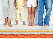 Dank eines Bodenbelages aus Keramik ist es möglich, sowohl energiesparend als auch innerhalb kürzester Zeit den Raum behaglich warm aufzuheizen. (Foto: epr/Schlüter)