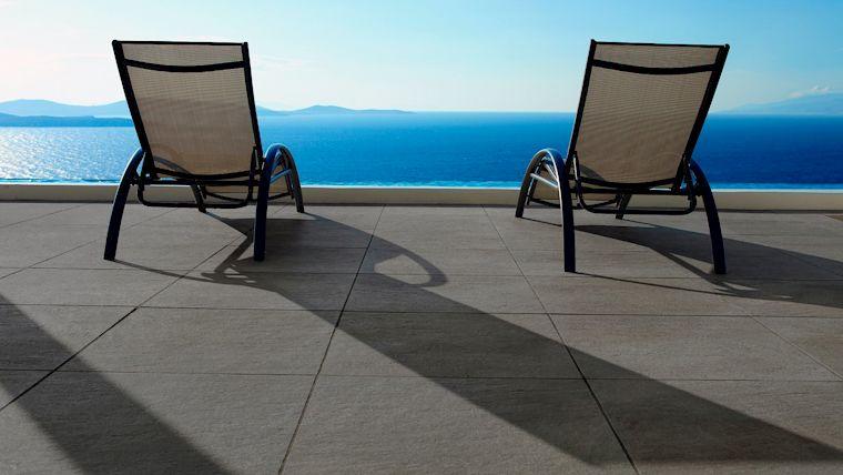 Die keramische Terrassenplatte WUNDERWERK est. 1964 RIGA ist ein pflegeleichtes und zeitloses Allroundtalent.