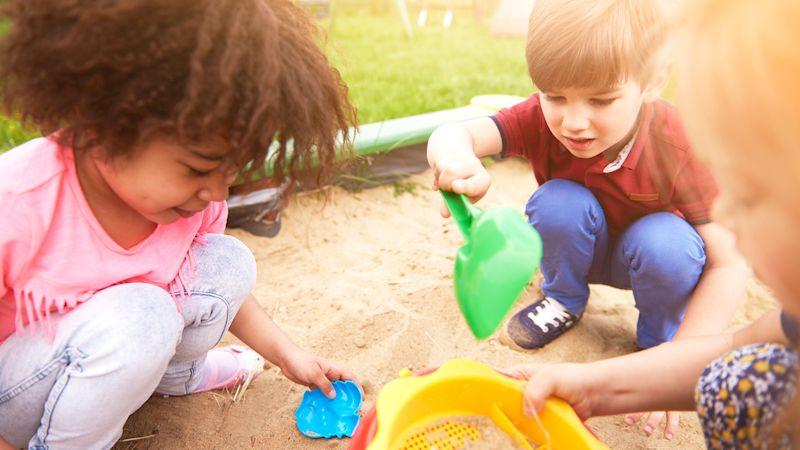 spielende Kinder im Sandkasten